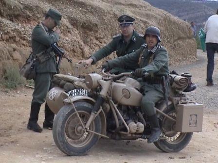 Alemanes en una BMW de 1943